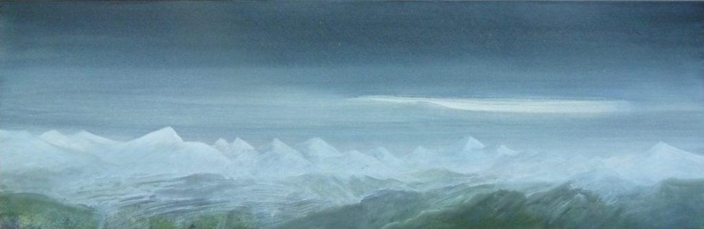Abendhimmel über weißer Bergkette